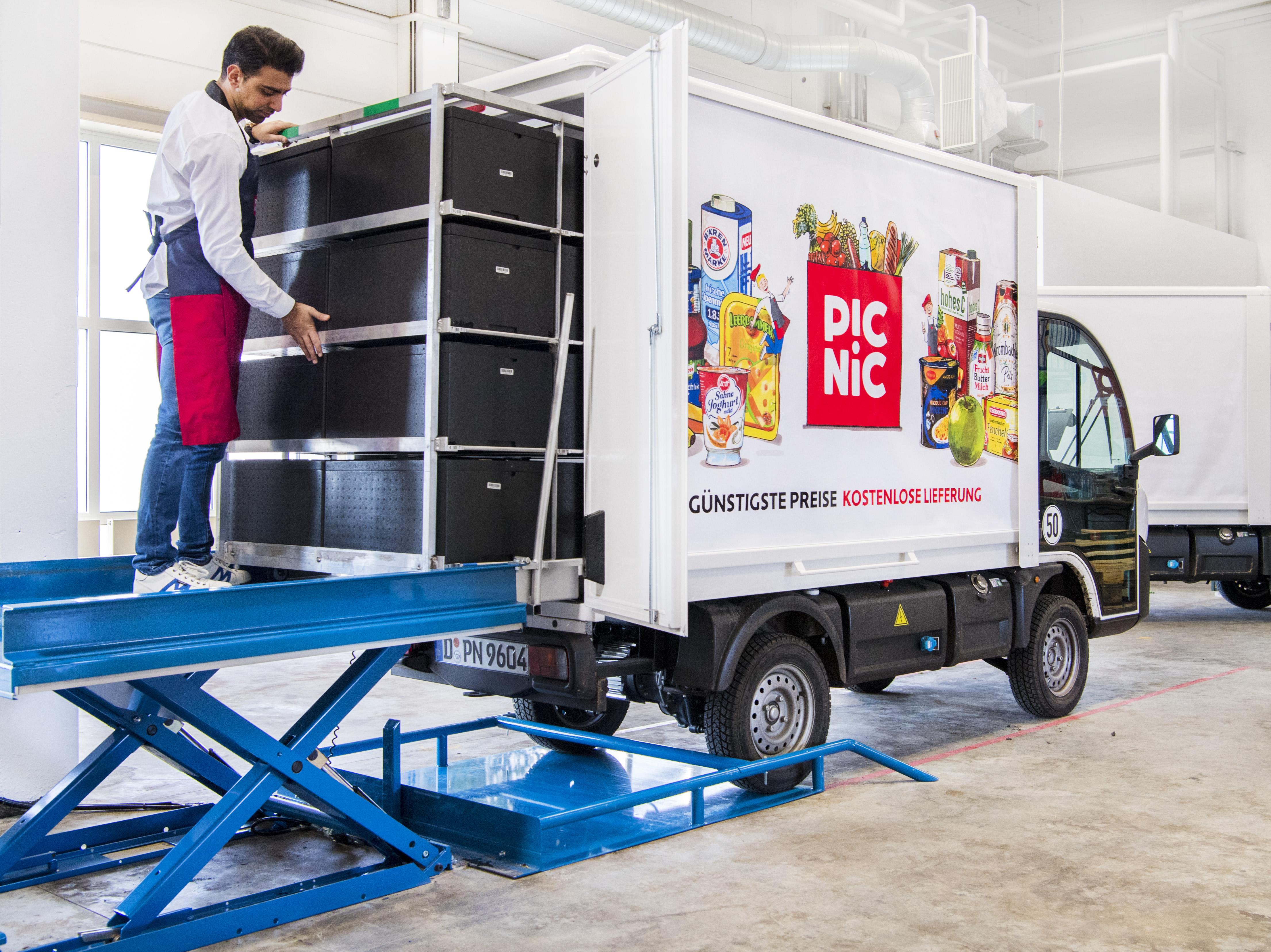 Das Bild zeigt das Einladen eines Picni-Trucks