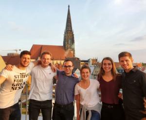 Das Bild zeigt das Team rund um Psytastic: Praktikant Yannik, Co-Fouder und Entwickler Marcel, Praktikanten Ivo, Theresa und Ronja sowie Founder und Psychologe Christian auf der Dachterrasse vom Hive.